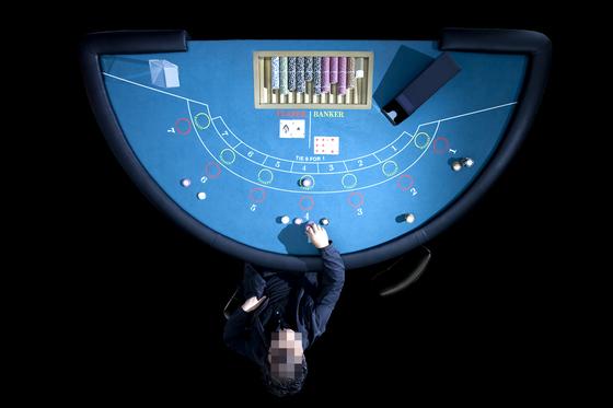 대리인을 통해 온라인으로 도박에 참여한 100여 명이 적발됐다. 중앙포토