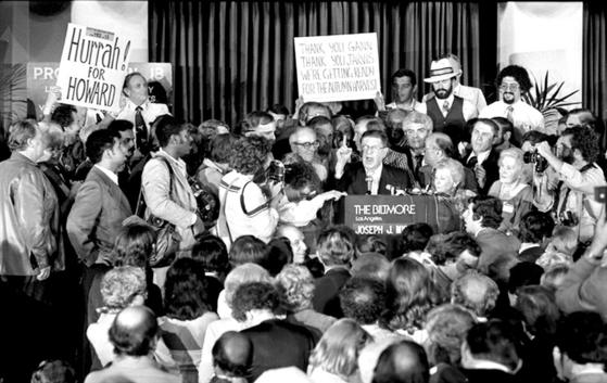 재산세 부담에 짓눌린 미국 캘리포니아주 유권자들이 1978년 6월 6일 부동산 세율을 1% 이내로 억제하는 내용을 담은 '캘리포니아 주민발의 13'을 통과시킨 후 자축하고 있다. [사진 UCLA 디지털 도서관]