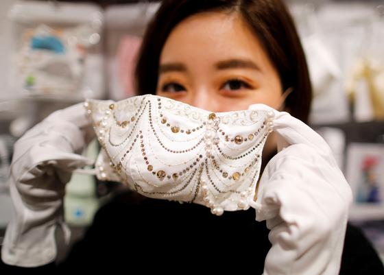다이아·크리스탈…日 1000만원짜리 마스크 출시