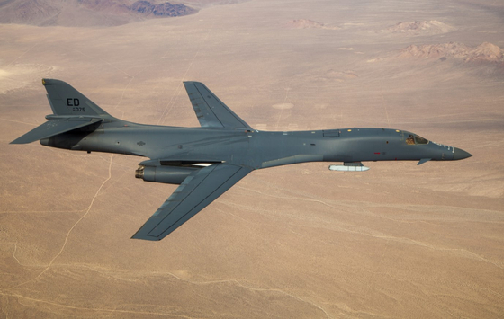 20일(현지시간) 기체 외부에 모의 공대지미사일을 장착한 B-1B 전략폭격기가 미국 캘리포니아주 에드워드 공군기지 상공을 비행하고 있다. 사진 홈페이지 캡처