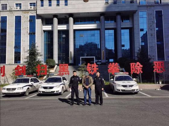 중국에서 살인을 저지르고 22년간 도피해오던 한 남성이 인구 조사 때문에 덜미를 잡혔다. 가운데가 붙잡힌 장 모. [펑파이]