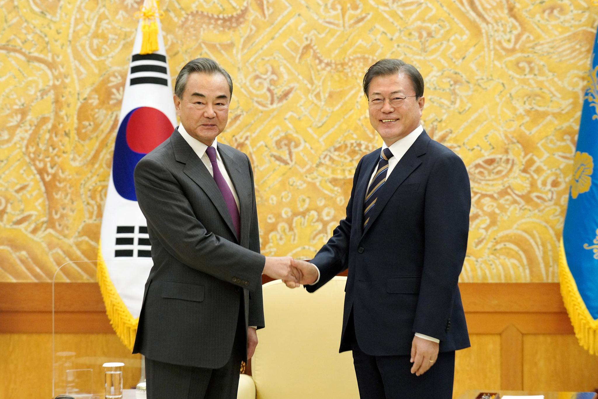 文대통령 시진핑에 안부 왕이 시 주석도 특별히 구두메시지