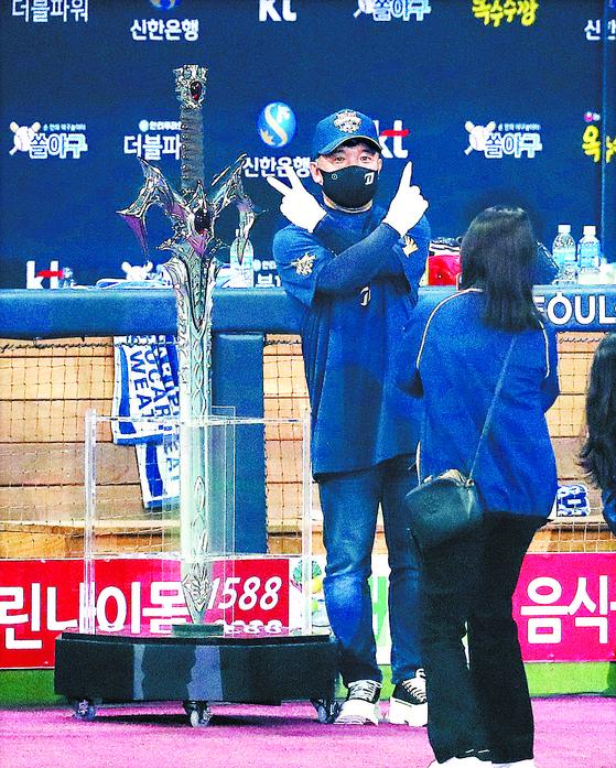 우승 후 집행검 모형 앞에서 기념 촬영하는 김택진(왼쪽) 엔씨소프트 대표이사. [뉴스1]
