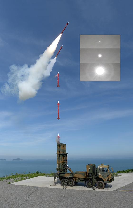 방위사업청은 국내 자체 기술로 개발한 대(對) 탄도탄 요격체계 천궁 II가 최초로 군에 인도됐다고 26일 밝혔다. 천궁 II는 북한의 탄도탄 발사 및 항공기 공격에 동시 대응하기 위해 국내 기술로 개발된 중거리·중고도 지대공 요격체계다. [방위사업청 제공]