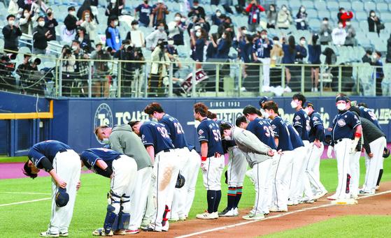 24일 NC에 한국시리즈 우승을 내준 뒤 관중을 향해 인사하는 두산 선수단. 김민규 기자
