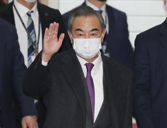 왕이 중국 국무위원 겸 외교부장이 25~27일 일정으로 방한했다. 사진은 25일 저녁 인천국제공항에 도착한 모습. [사진공동취재단]