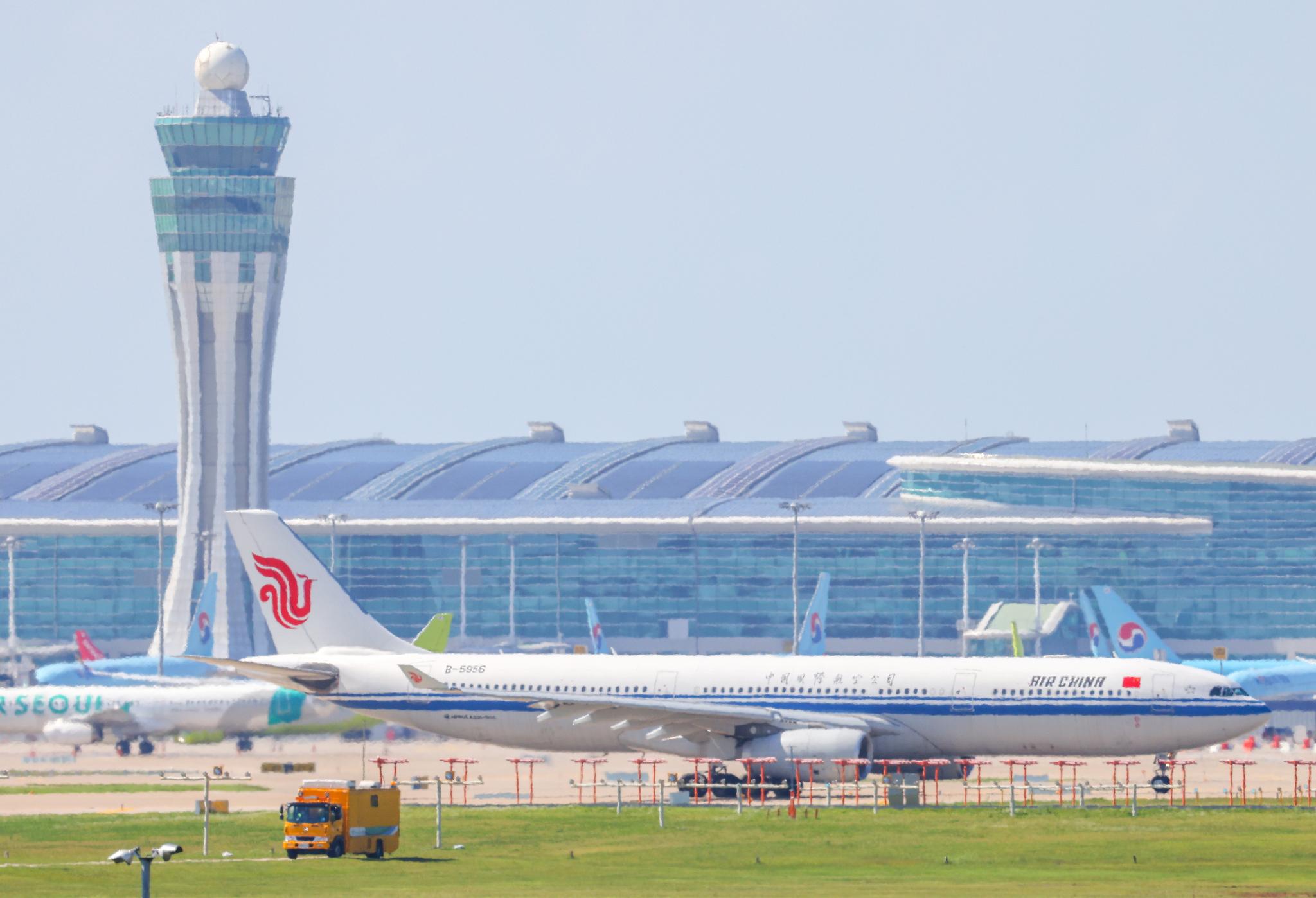 지난 9월 현대자동차가 마련한 베이징행 전세기가 이륙을 위해 인천국제공항 활주로 위를 이동하고 있는 모습. 연합뉴스