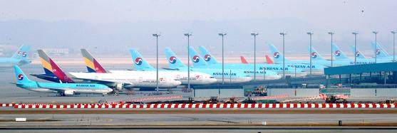 인천국제공항 전망대에서 바라본 계류장에 대한항공과 아시아나항공 여객기 모습. [뉴시스]