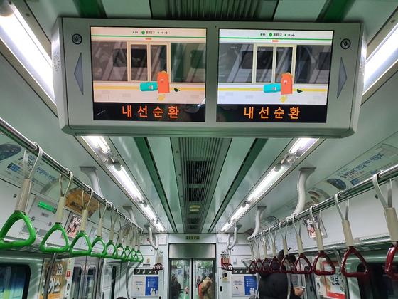 서울 지하철 2호선 전동차가 홍대입구역에서 신촌역을 향해 가고 있다. 지난 16일부터 합정역, 아현역 등 2호선 10개역을 지날 때 전동차에서 정세균 국무총리가 육성으로 녹음한 방역 안내방송이 나오고 있다. 최은경 기자