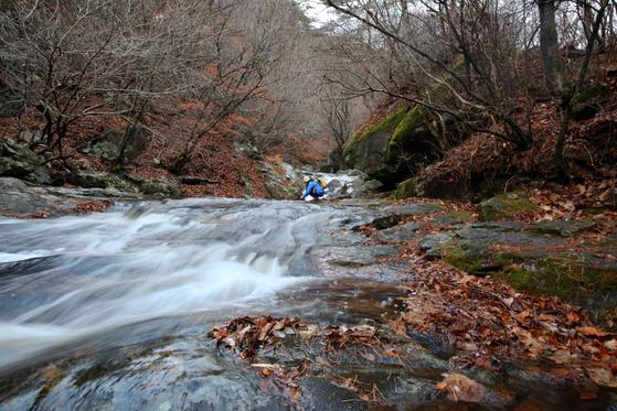 죽계구곡 금당반석. 널따란 바위 위로 계곡 물이 잔잔히 흐른다. 소백산 초암사 앞 계곡에 있다.