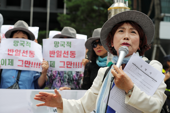 주옥순 엄마부대 대표가 지난해 8월 서울 종로구 옛 일본대사관 앞에서 기자회견을 열고 있다. 뉴스1