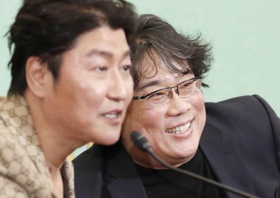 영화 '기생충'의 봉준호 감독과 주연배우 송강호. [연합뉴스]