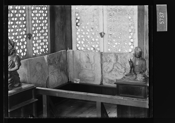 25일 공개된 이왕가박물관의 유리건판 사진들. 창경궁 명정전 석탑 기단부 면석(面石) 4점과 금동불상. [사진 국립고궁박물관]