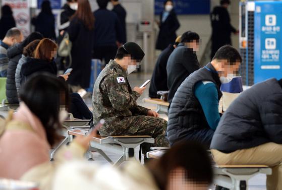 신종 코로나바이러스 감염증(코로나19) 확진자가 8개월 만에 583명 최다 발생해 초비상이 걸린 26일 대전역에서 휴가나온 한 육군 장병이 열차를 이용하고 있다. 김성태