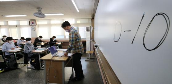지난 23일 오후 대전의 한 고등학교 3학년 교실에서 고3 수험생들이 막바지 수능 준비를 하고 있다. 뉴스1