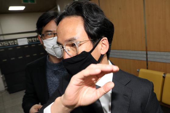 하청업체 뒷돈 수수 혐의를 받는 조현범 한국타이어 대표가 지난 4월 8일 서울중앙지법에서 속행 공판 법정으로 가고 있다. 연합뉴스
