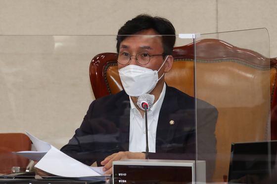 9월 15일 오전 국회에서 열린 행정안전위원회 예산-결산기금심사소위원회에서 김민석 위원장이 인사말을 하고 있다. 오종택 기자