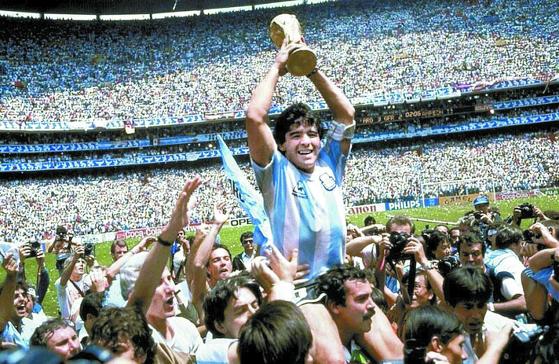 마라도나가 1986년 6월29일 멕시코 월드컵 우승 트로피를 들어 올리고 있다. 당시 아르헨티나는 결승전에서 서독을 3-2로 꺾었고, 마라도나는 MVP를 수상했다. [AP=연합뉴스]