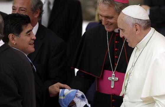 2014년 9월 바티칸 산타 마르타의 집에서 마라도나를 만난 프란치스코 교황. AP=연합뉴스