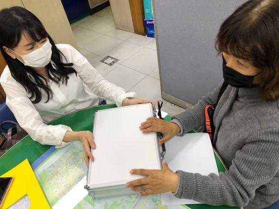 오지혜 경기도 군포시청 여성가족과 주무관이 한 시민에게 불법촬영 카메라 탐지 장비를 빌려주고 있다. 채혜선 기자