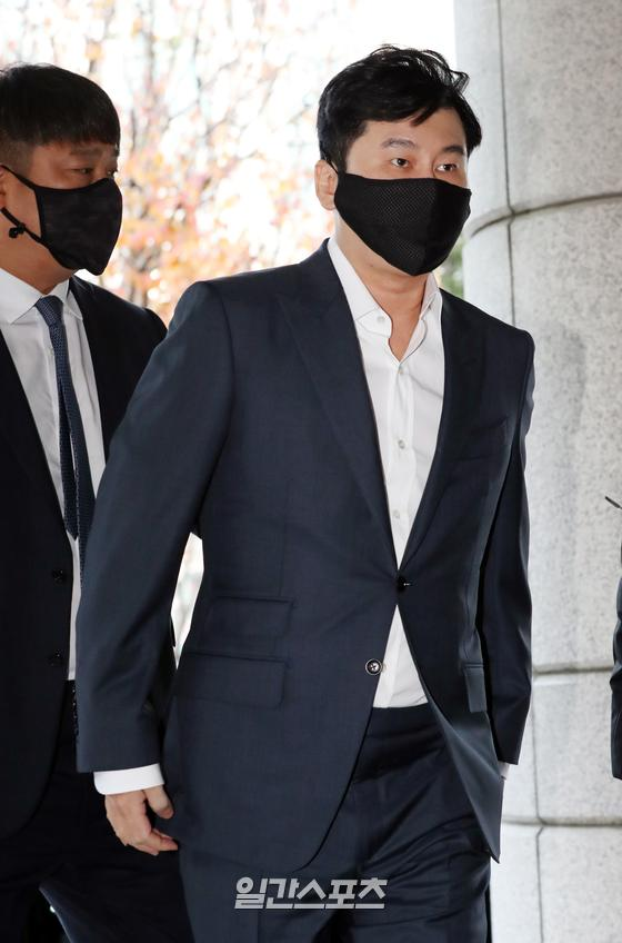양현석 전 YG엔터테인먼트 대표가 27일 오전 서울 마포구 서부지방법원에서 진행된 선고 공판에 출석하고 있다. 해외에서 억대 원정도박을 벌인 혐의로 재판에 넘겨진 양현석 전 YG 대표에 대해 검찰은 지난 10월 28일 결심 공판에서 벌금 1,000만원을 구형했으나 법원은 1심에서 벌금 1,500만월 선고했다. 김진경 기자 kim.jinkyung@jtbc.co.kr/2020.11.27/