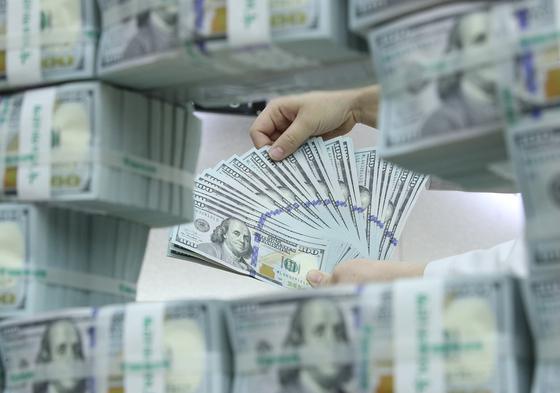 미국 달러화 가치가 2년만에 가장 낮은 수준에 머물고 있다. 사진은 서울 중구 KEB 하나은행에서 은행 관계자가 달러화를 정리하고 있는 모습. [중앙포토]