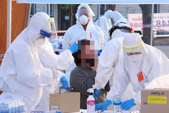 최근 신종 코로나바이러스 감염증(코로나19) 확진자가 폭증한 강원 인제지역에서 지난 21일 주민들이 검체 검사를 받고 있다. 연합뉴스