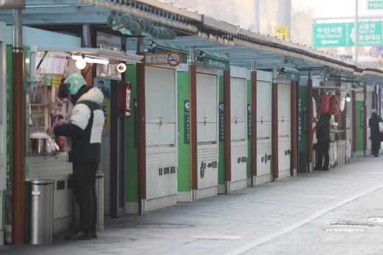 최근 노량진 학원 집단감염 확진자가 급증하고 있는 가운데 26일 오전 서울 동작구 노량진 컵밥거리 가게들의 문이 닫혀있다. 연합뉴스