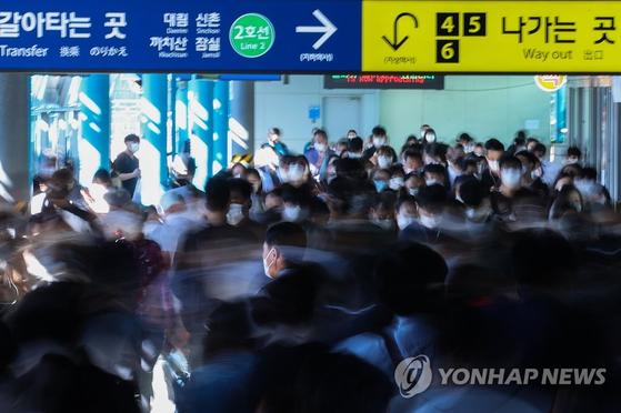 서울 구로구 신도림역에서 마스크를 착용한 시민들이 이동하고 있다. 연합뉴스