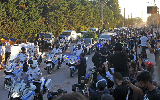 On the 26th, a funeral parade carrying Maradona's coffin passes through the outskirts of Buenos Aires.  EPA=Yonhap News