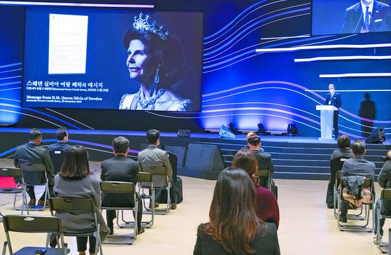 26일 서울 코엑스에서 열린 '디멘시아포럼엑스(DFx) 코리아'에서 야콥 할그렌 스웨덴 대사가 실비아 왕비의 축전을 읽고 있다. 임현동 기자