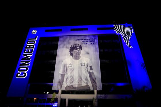 파라과이 루케 소재 남미축구연맹 건물에 내걸린 마라도나 추모 게시물. [로이터=연합뉴스]