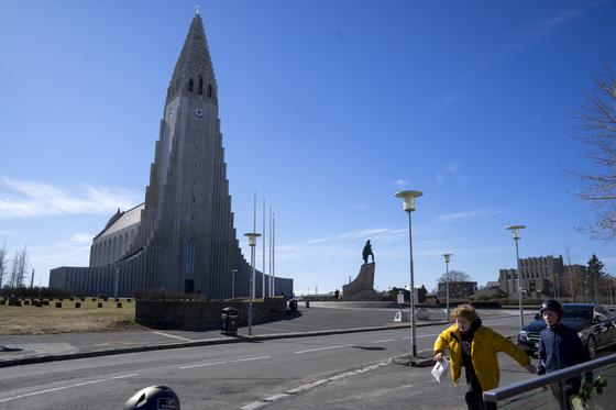 지난 4월말 아이슬란드 수도 레이캬비크에 있는 할그림스키르크자 교회 광장. 코로나19 영향으로 텅 비어있다. 아이슬란드는 이때 직후부터 이미 학교 문을 다시 여는 등 정상생활에 가까운 생활을 해왔다 [AP=연합뉴스]