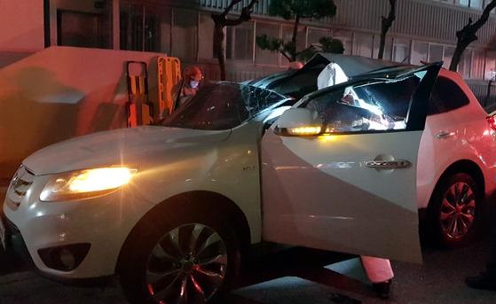 27일 자정쯤 전북 정읍시의 한 아파트 18층에서 30대 A씨가 추락해 주차장에 있던 싼타페 승용차의 선루프를 뚫고 떨어졌다. A씨는 허리 등을 크게 다쳤으나 생명에는 지장이 없는 것으로 알려졌다. 사진 전북소방본부
