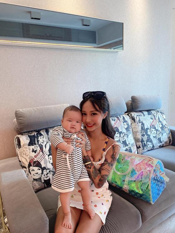 홍콩의 인플루언서인 크라이 소(25, 오른쪽)의 집에 지난 24일 강도가 들어 약 5억원 상당의 물품을 훔쳐갔다. 강도들은 그의 6개월된 아들도 구타했다. 사건 후, 소는 목격자를 찾기 위해 현상금 200만 홍콩달러(약 2억9000만원)를 내걸었다. [페이스북]