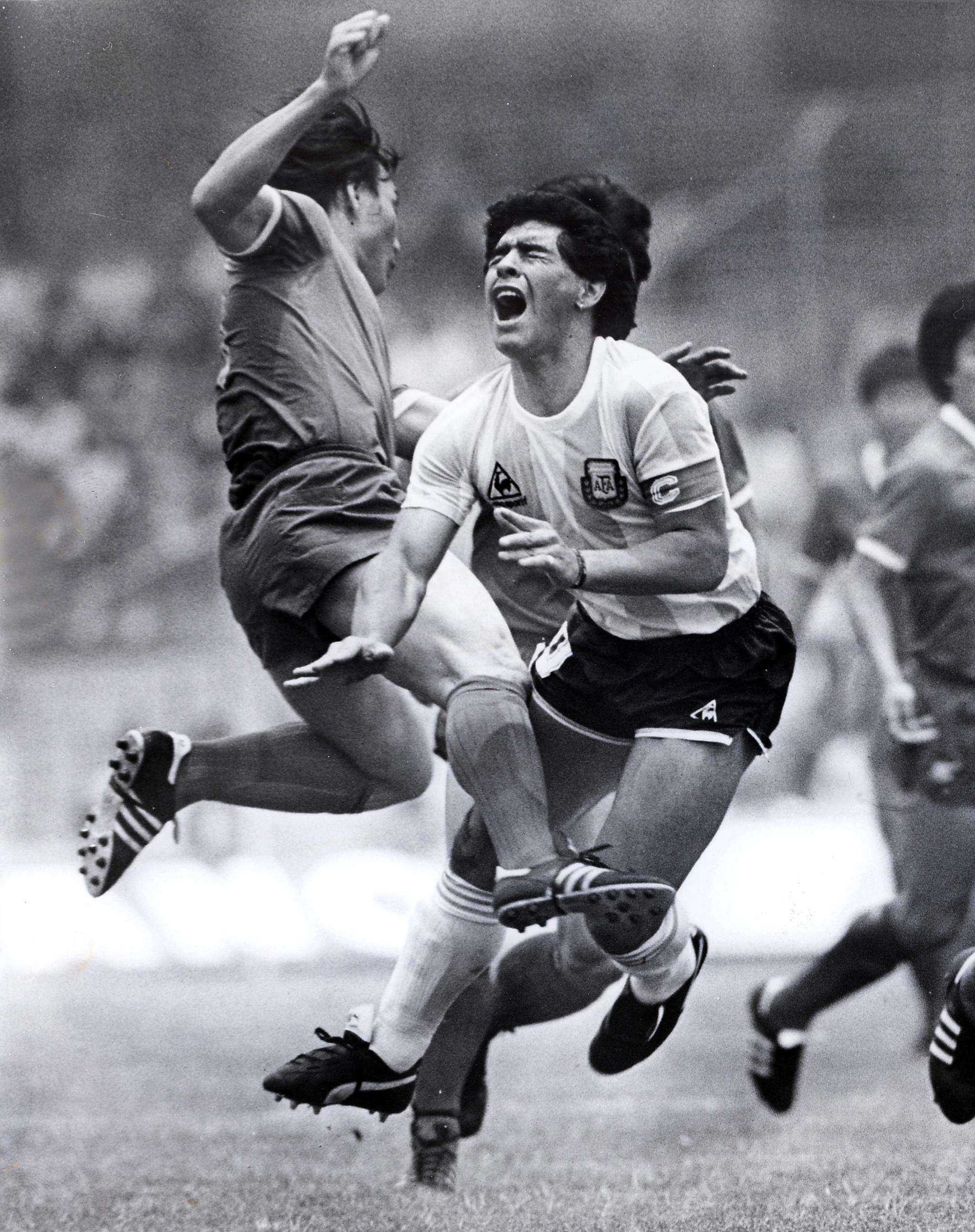 아르헨티나의 축구의 전설 디에고 마라도나가 25일 심장마비로 향년 60세로 별세했다. 사진은 1986년 멕시코 월드컵 한국과 아르헨티나전에서 허정무가 마라도나를 거칠게 수비하는 모습.[연합뉴스]
