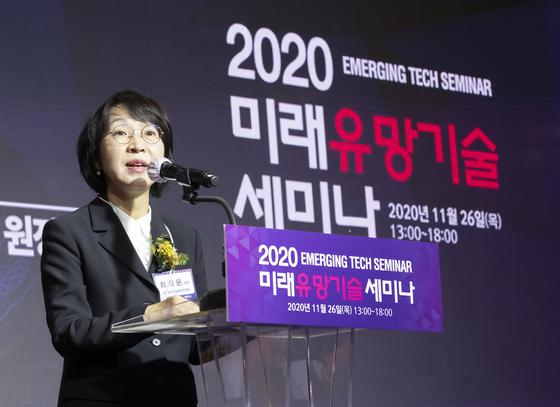 2020 미래유망기술세미나 가 26일 서울 코엑스 아셈볼룸에서 열렸다. 최희윤 한국과학기술정보연구원 원장이 개회사를 하고 있다. 임현동 기자