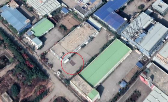 개성공단의 한 공장부지를 촬영한 지난달 25일자 위성사진. 직사각형 모양의 물체(원 안)와 주변에 사람들이 보인다. 사진 Google Earth, Maxar Technologies, VOA 캡처