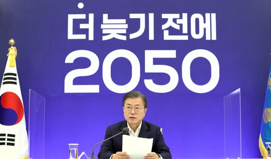 문재인 대통령이 27일 청와대에서 2050 탄소중립 범부처 전략회의를 주재하고 있다. 연합뉴스