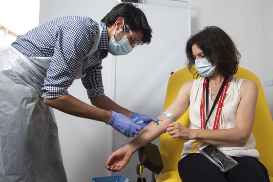 아스트라제네카 백신 임상 참가자가 백신을 투약받고 있다. [AP=연합뉴스]