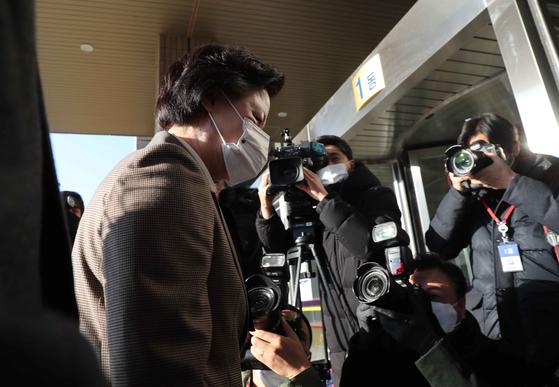 추미애 법무부 장관이 지난 25일 경기도 과천 법무부 청사로 출근하고 있다. 추 장관은 하루 전 윤석열 검찰총장에 대해 징계를 청구하고 '직무 집행 정지'를 명령했다. 김상선 기자