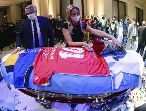 26일 대통령궁에 마련된 마라도나의 관에 알베르토 페르난데스 아르헨티나 대통령도 그의 부인과 조문하고 있다. AP=연합뉴스