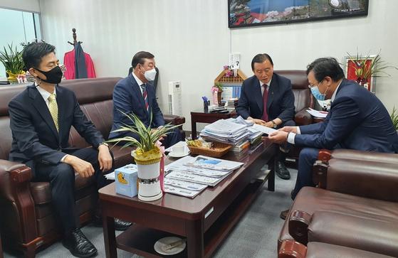 지난달 20일 황선봉 예산군수(왼쪽 둘째)가 홍문표 국회의원(오른쪽 둘째)과 기획재정부 관계자에게 삽교역 신설을 건의하고 있다. [사진 예산군]