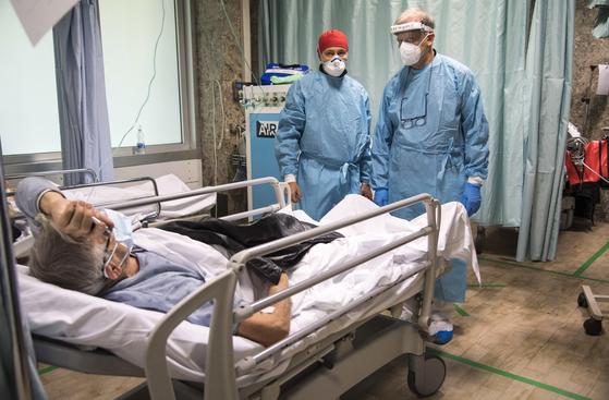 코로나19 검사를 받는 이탈리아 환자들. [EPA=연합뉴스]