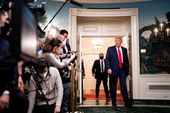 26일(현지시간) 도널드 트럼프 대통령이 추수감사절을 맞아 해외 주둔 미군 격려하는 화상 간담회를 열고 기자들의 질문에 답했다. [EPA=연합뉴스]