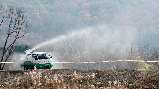 충남 천안시 병천천에서 야생조류에서 고병원성 조류인플루엔자(AI) 확진이 발생한 가운데 지난 11일 오전 차량을 이용한 방역이 이뤄지고 있다. 뉴스1