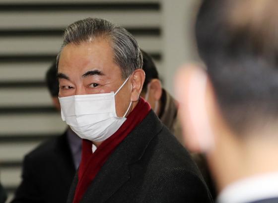 사흘간의 방한 일정을 마친 왕이(王毅) 중국 국무위원 겸 외교부장이 27일 오후 인천국제공항 2터미널을 통해 출국하고 있다. 뉴스1