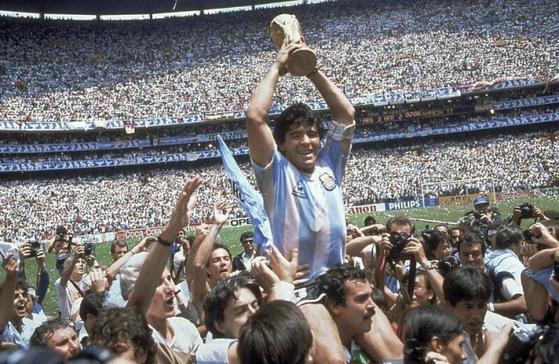 마라도나가 1986년 6월29일 멕시코 월드컵 우승 트로피를 들어 올리고 있다. 당시 아르헨티나는 결승전에서 서독을 3-2로 꺾었고, 마라도나는 MVP를 수상했다. [AP]