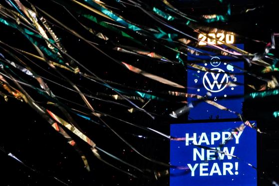 2020년 새해를 축하하는 미국 뉴욕시 거리. 이때만해도 코로나19의 그림자를 느낀 이는 없었다. AP=연합뉴스