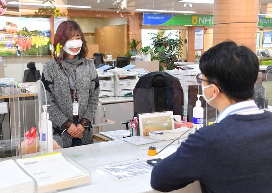 울산 중구청 민원실에서 민원 담당 직원이 입 모양이 보이는 마스크를 착용하고 민원인을 응대하고 있다. [사진 울산 중구청]